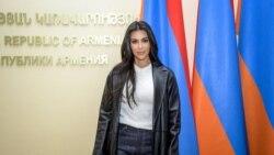 Bintang televisi AS Kim Kardashian berpose dengan bendera Armenia di gedung Pemerintah Armenia selama kunjungannya di Yerevan pada 9 Oktober 2019. (Foto: AFP/Karen Minasyan)