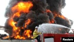 Lính cứu hỏa Palestine cố gắng dập tắt đám cháy tại nhà máy điện duy nhất ở Dải Gaza sau vụ không kích của Israel, ngày 29/7/2014.
