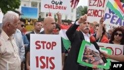 Những người biểu tình Kurd kêu gọi chấm dứt hành động khủng bố của nhóm Nhà nước Hồi giáo vùng Iraq và Syria (ISIS) trước Tòa Bạch Ốc 9/8/2014.