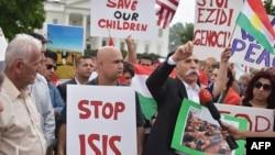 """库尔德人在华盛顿白宫前示威,要求消灭""""伊斯兰国""""(ISIS)恐怖主义。(2014年8月9日)"""