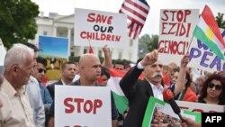 Demonstran warga AS keturunan Kurdi menyerukan diakhirinya gerakan ISIS di Irak dan Suriah dalam protes di depan Gedung Putih di Washington, DC (9/9).