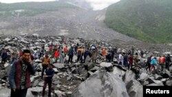 Người dân tìm kiếm người sống sót tại địa điểm lở đất ở làng Tân Ma, tỉnh Tứ Xuyên, Trung Quốc, ngày 24 tháng 6, 2017.