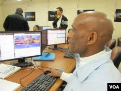 Gary Valentino Hollis uses his skills to create a webpage. (VOA / JoAnn Mar)