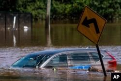 Potopljeni automobil u Somervilleu, New Jerseyju, 2. septembar 2021.