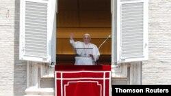 El papa Francisco dirige la oración del Ángelus en el Vaticano, el domingo 18 de julio de 2021.