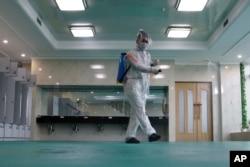 지난달 북한 평양 류경원(Ryugyong Health Complex)의 대중 목욕탕에서 직원이 코로나바이러스 방지를 위해 소독작업을 하고 있다.