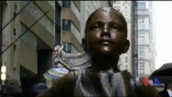 До 8 березня на Волл-стріт у Нью-Йорку встановили статую дівчинки, яка з викликом дивиться на скульптуру бика. Відео