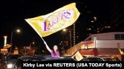 Les fans font la fête après la victoire des Lakers de Los Angeles en finale de la NBA 2020 contre les Miami Heat dans les rues autour du Staples Center. (Photo: Kirby Lee-USA TODAY Sports via Reuters)