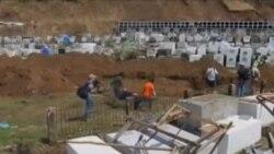 菲律賓災區在亂葬崗掩埋遇難者屍體