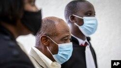 """Paul Rusesabagina (tengah), yang menginspirasi film """"Hotel Rwanda"""" untuk menyelamatkan orang dari genosida, muncul di Pengadilan Dasar Kicukiro di ibu kota Kigali, Rwanda, Senin, 14 September 2020."""