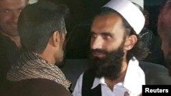 Para tahanan Taliban ketika dibebaskan dari penjara Bagram, utara Kabul, Afghanistan, Rabu (8/4).