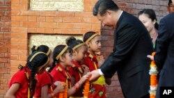 Ông Tập được trẻ em Nepal chào đón hôm 12/10.