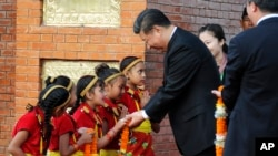 시진핑(가운데) 중국 국가주석이 12일 네팔 수도 카트만두에 도착해 현지 어린이들과 인사하고 있다.