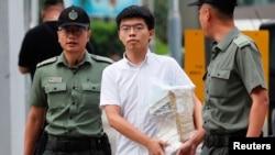 جوشوا وونگ رہا ہونے کے بعد جیل سے باہر آتے ہوئے
