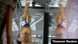 Patung tradisional Thailand berukuran raksasa di bandara Suvarnabhumi, Bangkok. (Foto: dok).