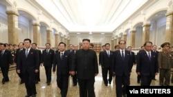 김정은 북한 국무위원장이 김일성 주석 사망 26주기를 맞아 금수산태양궁전에 방문한 모습을 북한 관영 조선중앙통신이 8일 공개했다.