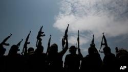 Kelompok bersenjata yang setia kepada pemberontak Houthi mengangkat senjata mereka di Sanaa, Yaman, 22 Agustus 2020. (Foto: AP)