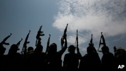Suku yang setia kepada pemberontak Houthi mengangkat senjata mereka di Sanaa, Yaman. (Foto: AP)