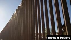 Meksika'ya ait Juarez kentini Texas'taki El Paso'dan ayıran sınır engeli