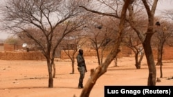 Un soldat Burkinabè monte la garde dans le village de Gorgadji dans la région du Sahel, au Burkina Faso, le 3 mars 2019.