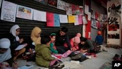نئی دہلی میں شاہین باغ میں خواتین کے دھرنے کی حمایت میں خواتین مظاہرہ کر رہی ہیں۔