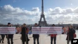 Para aktivis berunjuk rasa di lapangan Trocadero di Paris, Perancis, menuntut pembebasan akademisi Fariba Adelkhah dan Roland Marchal yang ditahan Iran, 11 Februari 2020.