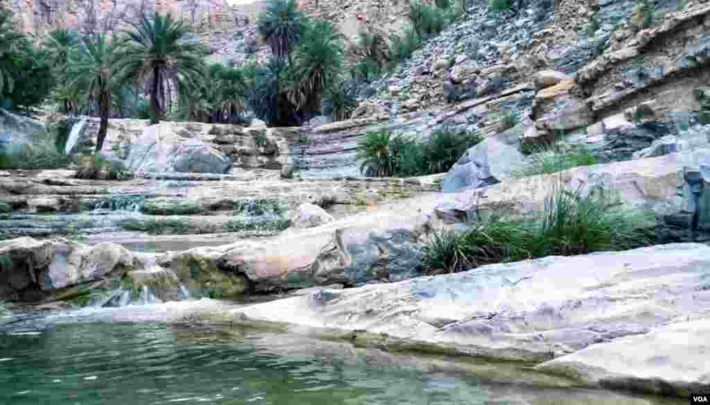 اس وادی کا پہاڑی سلسلہ اور خوبصورت آب شار سیاحت کے لیے بہترین مقام قرار دیا جاتا ہے لیکن ان آب شاروں تک پہنچنے کے لیے کوئی سہولت موجود نہیں ہے ۔