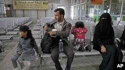 Keluarga Yaman tengah menunggu keberangkatan pesawat PBB di bandara inetrnasional Sanaa, Yaman, 3 Februari 2020. (Foto: dok)