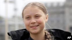 នាង Greta Thunberg ថ្លែងទៅកាន់អ្នកសារព័ត៌មាននៅទីក្រុង Plymouth ប្រទេសអង់គ្លេស។ នាងបានឆ្លងកាត់សមុទ្រអាត្លង់ទិច ដោយជិះទូកក្ដោងដើម្បីចូលរួមសន្និសីទស្ដីពីអាកាសធាតុ កាលពីថ្ងៃទី១៤ សីហា ២០១៩។