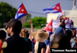 Los emigrados cubanos en la Pequeña Habana, Miami, Florida, reaccionan a los reportes de las protestas en Cuba contra el deterioro de la economía, el domingo 11 de julio de 2021.
