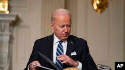 صدر بائیڈن ماحولیاتی تبدیلیوں سے متعلق انتظامی حکم ناموں پر دستخط کرتے ہوئے۔ فائل فوٹو۔