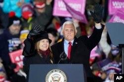 El vicepresidente de EE. UU., Mike Pence y su esposa Karen, saludan a partidarios el lunes 2 de noviembre de 2020 durante un evento de campaña en Grand Rapids, Michigan. La pareja recibirá la vacuna contra COVID, el viernes 18 de noviembre.