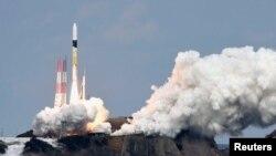 Un cohete H-IIA que lleva la sonda espacial Hayabusa 2 despega de la plataforma de lanzamiento en el Centro Espacial Tanegashima en la isla de Tanegashima, Japón, en esta foto tomada por Kyodo el 3 de diciembre de 2014.