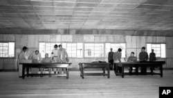 1953년 7월 27일 판문점에서 윌리엄 해리슨 미 육군 중장과 남일 북한 조선인민군 대장이 한국전쟁 정전협정에 서명했다.