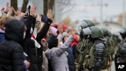 На мирной акции протеста в Минске. 1 ноября 2020.