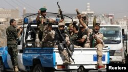 Des rebelles Houthis montent à l'arrière d'un camion de patrouille de police après avoir participé à un rassemblement houthi à Sanaa, au Yémen, le 19 février 2020. (Reuters / Khaled Abdullah)
