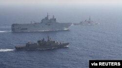 Grčki i francuski brodovi u formaciji tokom zajedničke vojne vežbe u Sredozemnom moru (Foto: Reuters)