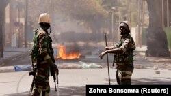 Des soldats de l'armée bloquent une route alors que les partisans du chef de l'opposition Ousmane Sonko, arrêté à la suite d'accusations d'agression sexuelle, manifestent à Dakar, au Sénégal, le 5 mars 2021.