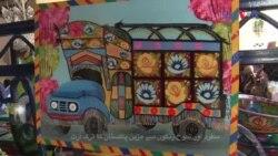 شوخ رنگوں سے مزین ٹرک آرٹ میں بچوں کی دلچسپی