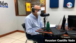 Carlos Fernando Chamorro, director de Confidencial, en un programa radial. [Foto: Houston Castillo, VOA]