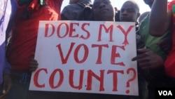 Des militants de la Coalition des défenseurs des droits humains protestent contre les résultats de l'élection présidentielle annulée au Malawi en mai dernier, dans cette photo d'archives non datée. (Lameck Masina / VOA)