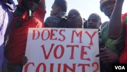 Activists with the Human Rights Defenders Coalition protest the results of last May's now-nullified presidential election in Malawi, in this undated file photo. (Lameck Masina/VOA)