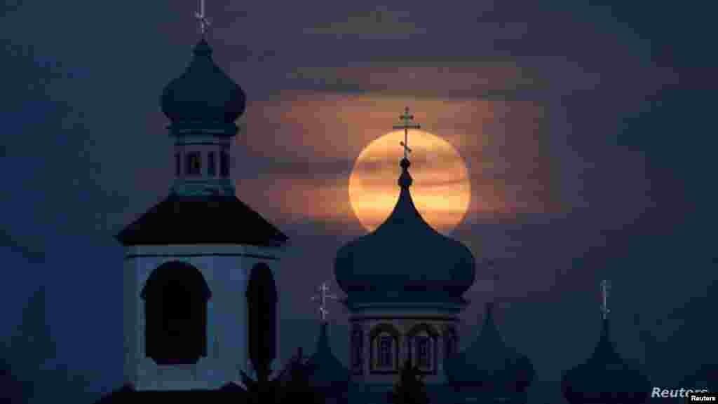 벨라루스 튜레츠 마을의 정교회 너머로 뜬 보름달.