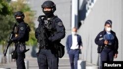 Des policiers sécurisent une entrée au palais de justice à l'ouverture du procès des attentats de janvier 2015 contre l'hebdomadaire satirique Charlie Hebdo, à Paris, France, le 2 septembre 2020. (Photo Reuters)