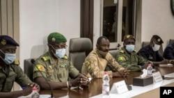 Le colonel Assimi Goita (au centre), chef du Comité national pour le salut du peuple, est accompagné par le porte-parole du groupe, Ismael Wague (à gauche), à Bamako, au Mali. (Photo AP)