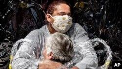 Une infirmière et un patient s'embrassent au Brésil, cette photo de Mads Nissen a remporté le World Press Photo, le 15 avril 2021.