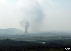 16일 한국 경기도 파주에서 바라본 북한 개성공단 지역에서 검은 연기가 피어오르고 있다. 한국 통일부는 북한이 개성 남북공동연락사무소 청사를 폭파했다고 밝혔다.