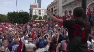 Des milliers de Tunisiens manifestent pour réclamer le respect de la Constitution
