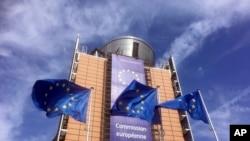 Les drapeaux de l'Union européenne battent au vent devant le siège de l'UE à Bruxelles, le mercredi 10 avril 2019. (AP Photo/Virginia Mayo)