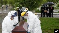 Los trabajadores funerarios en Colombia luchan por deshacerse de los cuerpos en un país que experimenta un aumento en las muertes por COVID-19, el viernes 18 de junio.